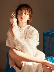 周冬雨登时尚杂志封面 游刃光影之间悠然自若