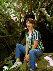 马天宇旅游杂志封面曝光 条纹衫背带裤像回到童年