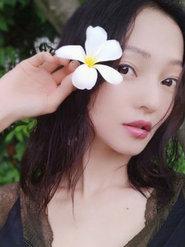 张韶涵穿蕾丝露肩连衣裙 手拿花朵清新又唯美