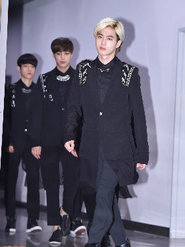 EXO全黑LOOK亮相 帅气如电影海报