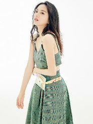 唐本清新写真曝光 长裙搭配透明腰带包时尚感MAX