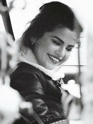 赛琳娜最新大片曝光 妆容精致笑容超甜美