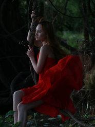 实拍红裙美女唯美写真 小姐姐美翻了!