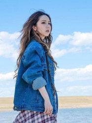 邓紫棋长发飘逸活泼灵动 草原上惬意甜笑 -中国女明星