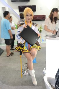 电博会:cosplay美女与勇士展示海尔电脑创新产品