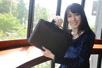 美女试用摩仕Moshi Codex防震笔记本包图赏
