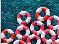 用游泳圈打造海岸缤纷糖果世界