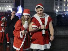 坏榜样!伦敦圣诞老人集会上随地小便