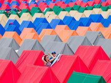 英国格音乐节炫彩帐篷点燃乐迷热情