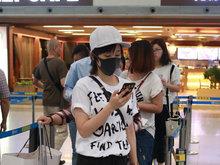 王子文,机场,白衣黑裤,口罩遮面,手机,