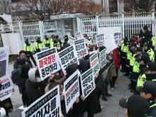 韩国记者将相机摆在地上拒绝报道一幕