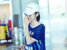 唐艺昕,靓丽时髦,纤长美腿,机场,手机,