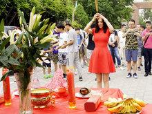 郑伊涵出席电影《刺狐》开机仪式
