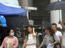 刘亦菲剧组获专人撑伞 长发白裙却穿拖鞋
