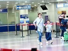 袁泉带女儿现身机场 小姑娘自推行李超自立