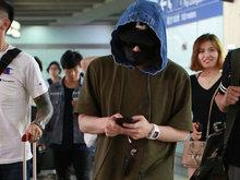 潘玮柏戴口罩墨镜帽子全副武装抵京 低头玩手机