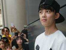 吴磊现身机场白色T恤 反戴棒球帽帅气阳光