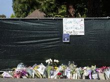 林肯公园主唱查斯特自缢身亡终年41岁 歌迷在其住宅外献花悼念