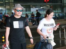 """岳云鹏与妻子现身机场 """"圆脸夫妇""""体型一致"""