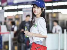 张嘉倪现身机场 蓝色棒球帽点亮整体造型长腿抢镜