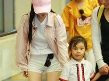 """李小璐带女儿""""甜馨""""现身机场 一双雪白美腿超级吸睛"""