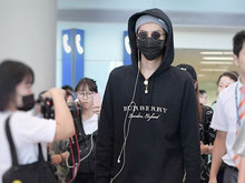 吴亦凡身着黑色卫衣、帽子口罩黑超遮面自洛杉矶回京