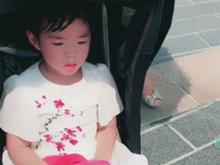 黄毅清带女儿铛铛游玩迪士尼 铛铛满头是汗