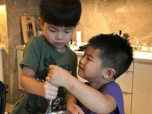 胡可晒两儿子做蛋糕的照片 抢同一个搅拌棒