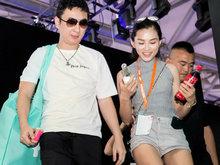 王思聪现身某展会 与长腿摄影陪伴热聊