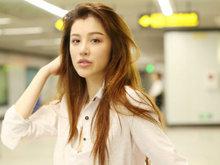 刘翔前妻葛天绿色出行秀美腿 不忘在地铁站摆拍