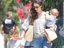 乔丹娜带俩孩变超人辣妈 小萌娃怀中叼奶嘴很惬意