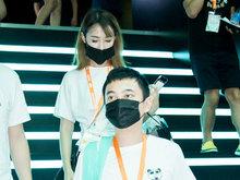 王思聪白T搭黑裤口罩遮面 获摄影跟随陪伴