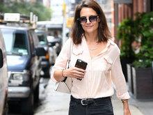 30岁前阿汤嫂凯蒂出街 造型优雅得体对镜微笑