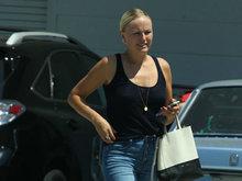 玛琳阿克曼穿吊带衫肩部黑白分明 一路被晒睁不开眼