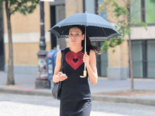 芳姬詹森穿包臀短裙胸前红心闪耀 撑伞街头漫步