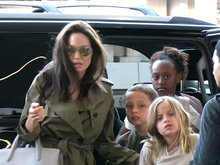 朱莉两女儿出门购物 一个帅成小正太一个甜美调皮