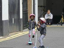 麦当娜双胞胎养子家门口玩滑板车 活泼酷炫十分欢脱