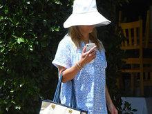 """瑞茜戴""""灯罩""""帽不见脸遮阳到位 穿长衫似购物归来"""