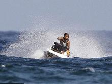 """海上freestyle!克里斯蒂娜摩托艇炫技差点""""撞船"""""""