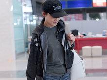 梅婷素颜机场背帆布包秀美腿 示意助理勿拦记者拍照
