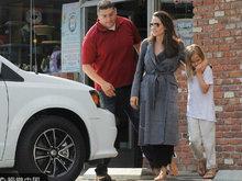 朱莉带女儿出门逛街 灰色大衣配凉鞋大玩反季美