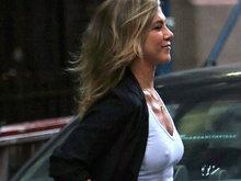 詹妮弗安妮斯顿不穿bra上街太任性 见偷拍连忙遮胸
