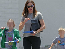 詹妮弗加纳携孩子外出购物 小儿子见镜头狂比手势