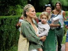 莫莉西姆斯抱萌娃遭袭胸 瑞秋佐伊与女儿穿亲子装