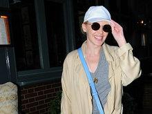 凯莉米洛与友人热聊露甜笑 见镜头拉低帽檐捂嘴显腼腆
