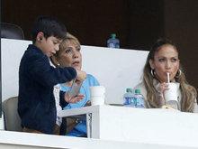 詹妮弗洛佩兹携家人观战棒球赛 看台上和老妈自拍