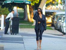 金卡戴珊走猫步出街 紧身裤勒出小细腿