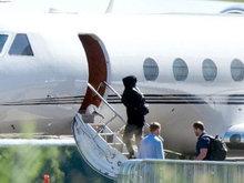 泰勒与新男友乘私人飞机被拍 穿帽衫显低调