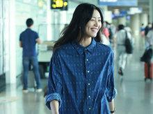 """刘雯穿""""粗布蓝衫""""仍美出超模范 招牌笑容甜美"""