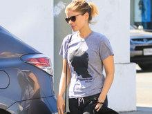 """凯特·玛拉黑超遮面一路低头 身穿""""龙纹身""""T恤"""